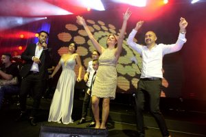 משפחת אינסאז רוקדים לשירי דודו אהרון (צילום: אסף לב)