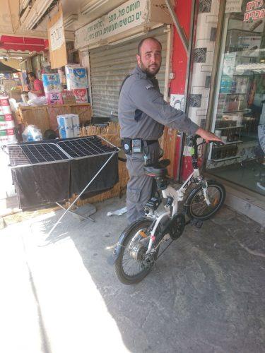 פקח השיטור העירוני עם האופניים שנתפסו